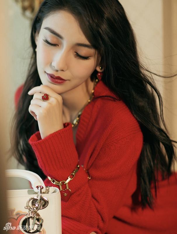 Angelababy反季节穿搭美丽任性 红衣红唇妩媚风情