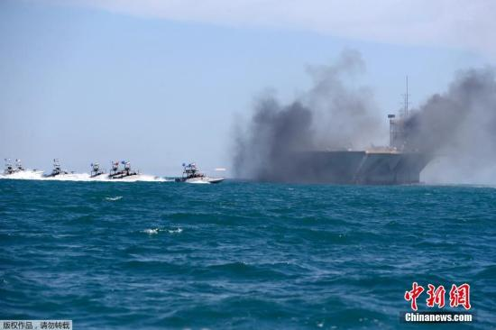 美媒:伊朗上百艘战舰集结军演 时间点很反常