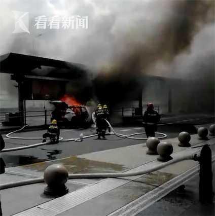 虹桥火车站一私家车自燃 3个灭火器用光也没扑灭