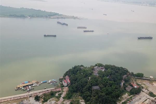 江西石钟山:江湖两色