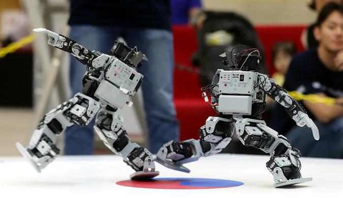 """韩国举行跆拳道机器人比赛  机器人捉对""""厮杀"""""""