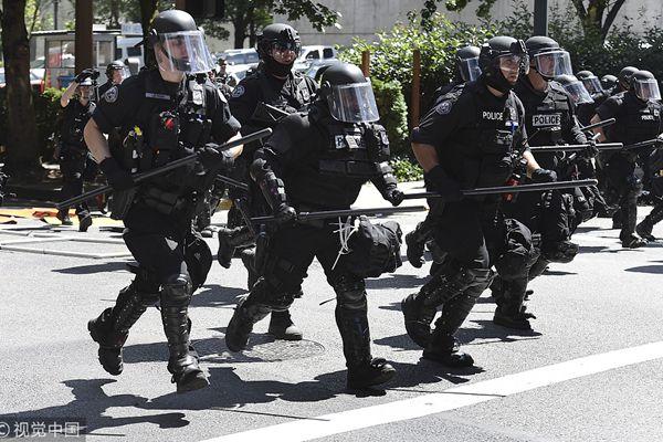 美国警方闪光弹驱逐极右翼团体集会 现场场面激烈