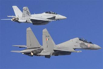 印苏30MKI和澳F18D同框 机身大了一圈