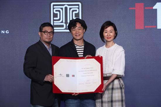 """陈奕迅续约环球音乐  公司高层颁""""金唱片相框"""""""