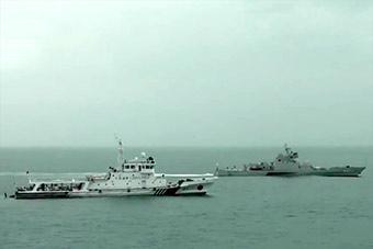 海军出动三体船与中国海事海巡船演练海上救助