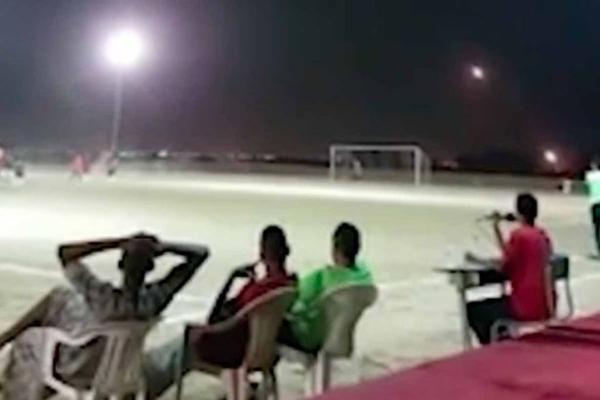 淡定!也门民众无惧恶劣环境 战火中踢足球