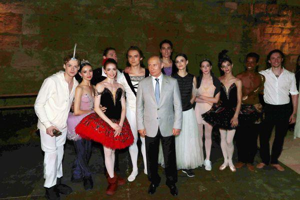 普京视察克里米亚国际音乐节 欣赏芭蕾舞与表演者合影