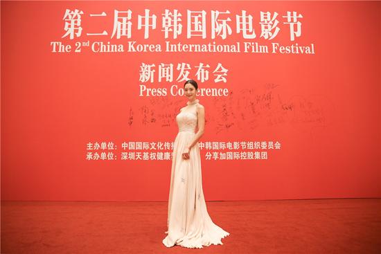 克拉拉受邀出席中韩国际电影节  娇萌可爱似仙女