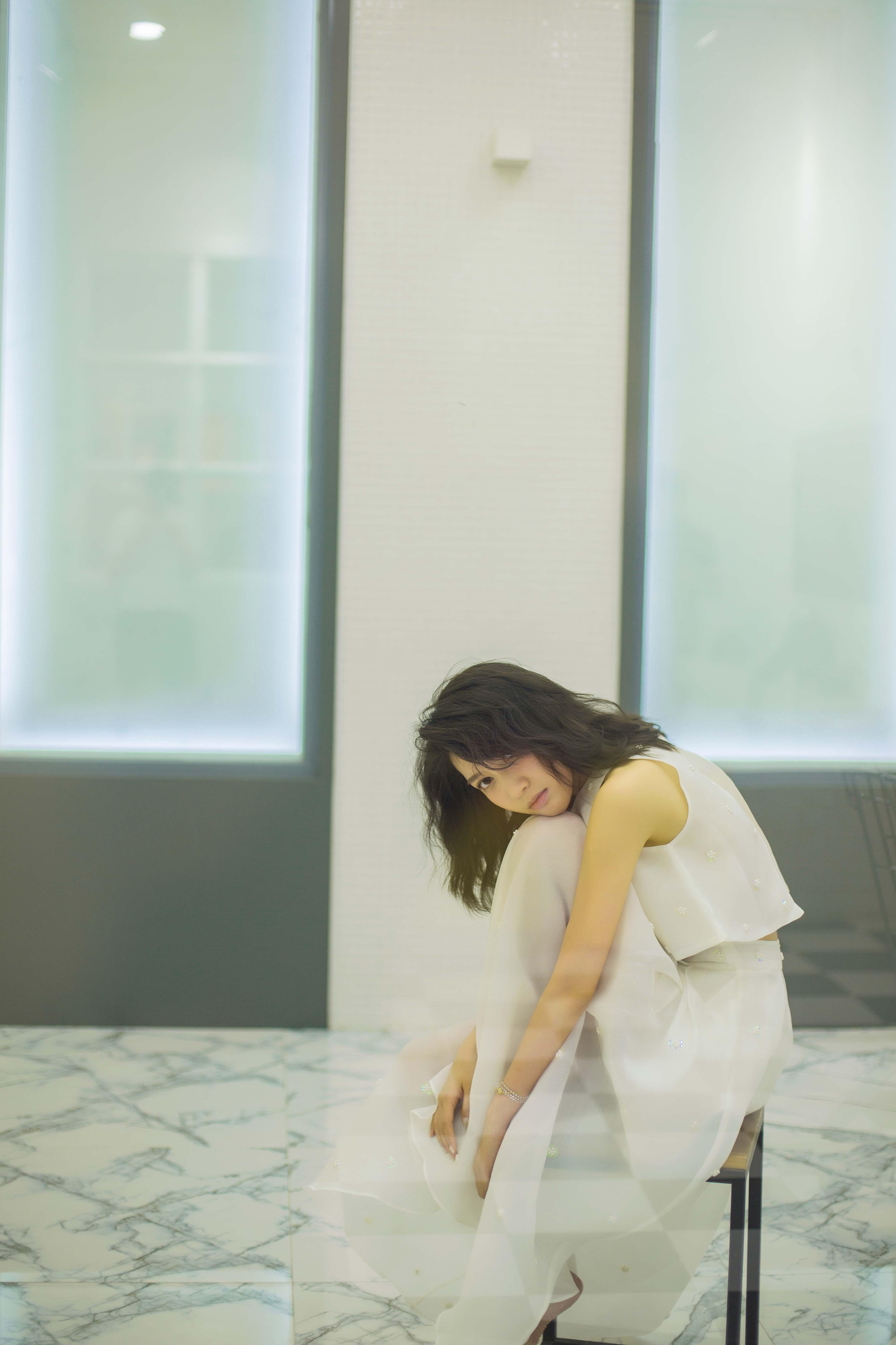 王子祯曝文艺时尚写真  一袭白色长裙宛若精灵