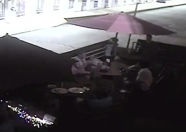 美酒吧夜晚飞来烟火引众人恐慌致一人受伤