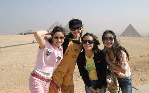 许晴与赵薇同游埃及的旧照,那时候的赵薇就像小村姑?