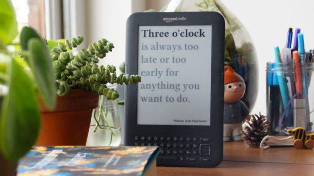 """国外小伙用老款Kindle打造完美""""书呆子""""时钟"""