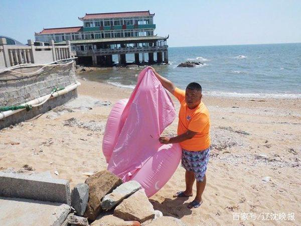 女游客葫芦岛乘漏气大黄鸭坠海 大黄鸭或碰礁石漏气