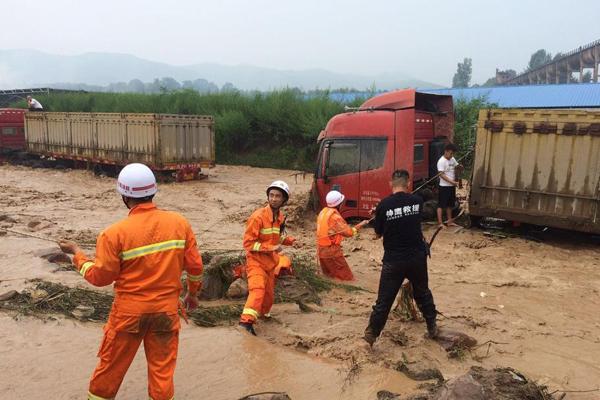 河南洛阳突发山洪大卡车被冲走 司机靠绳索脱险