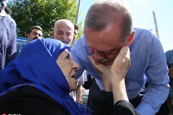 这样的亲民秀可以有!土耳其总统埃尔多安抱萌娃拥抱老人