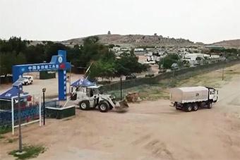 中国维和工兵修整防御工事确保维和营地安全