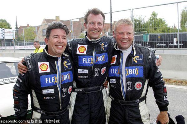 丹麦王子携家人亮相赛车活动 亲自上阵体验驾驶乐趣