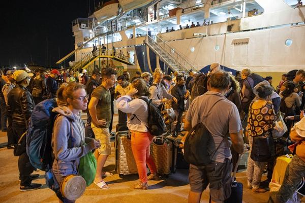 印尼强震引游客恐慌 当局疏散吉利群岛1200名游客