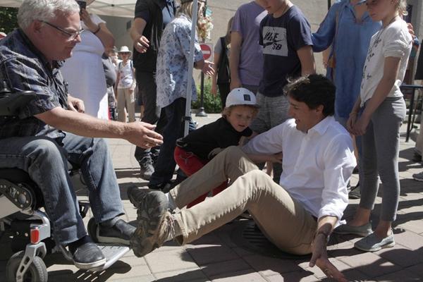 加拿大总理特鲁多造访地方 不慎摔跤一屁股坐地上
