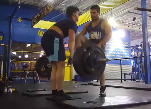加举重运动员健身房内训练制造噪音太大遭袭击