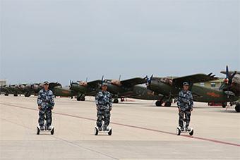 空军地勤骑平衡车维护运5飞机