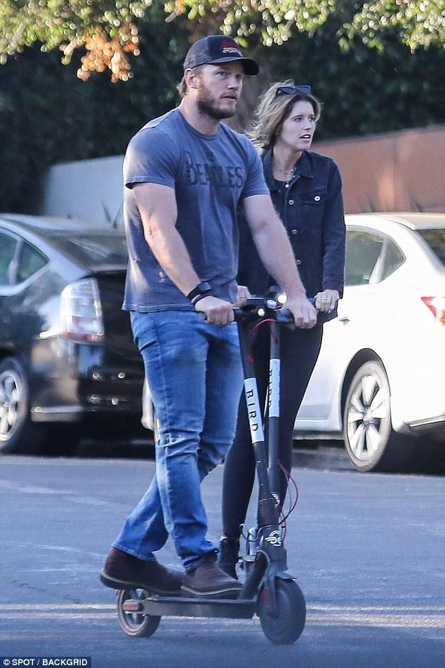 克里斯•帕拉特与女友骑滑板车探望女方母亲