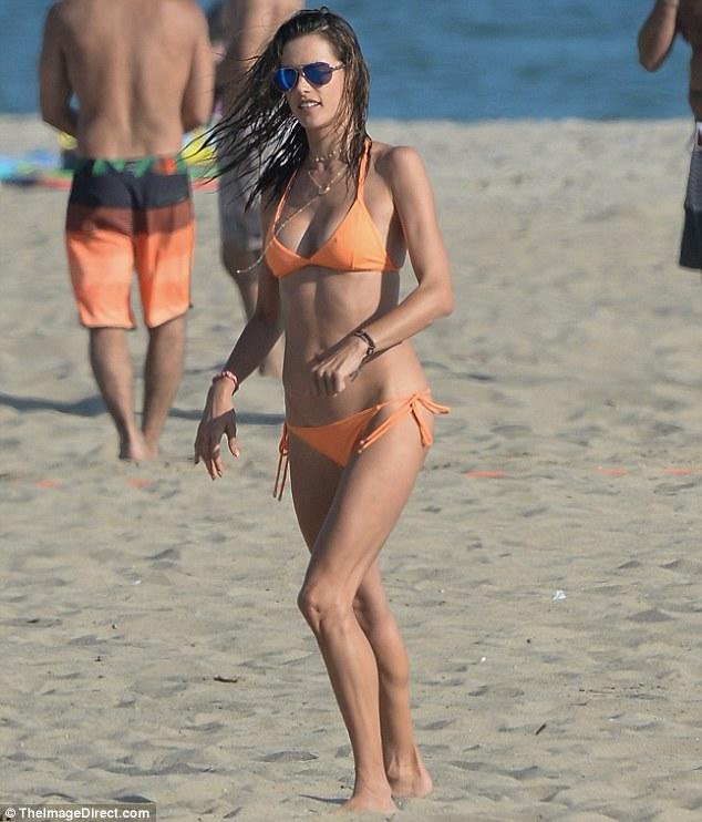 维密超模亚历山大•安布罗休海边度假秀好身材