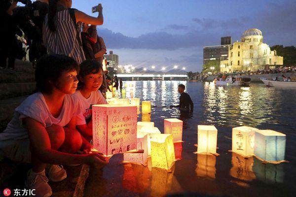 日本纪念原子弹爆炸73周年 民众放河灯为遇难者祈福