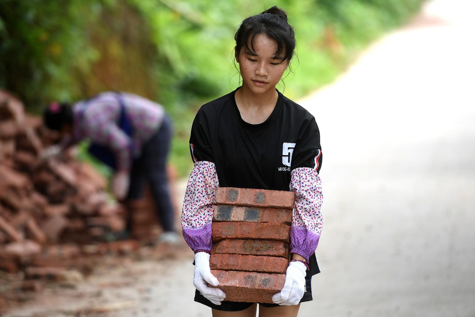 父早逝,15岁女孩帮妈妈建房体会生活不易