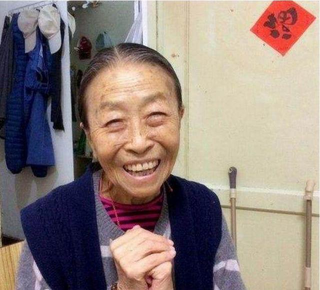 丑娘82岁住40平房,儿子不管,胡歌看望忍不住哭泣
