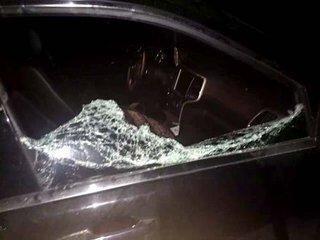 粗心母亲将 2 岁女童锁车内 民警砸窗救人