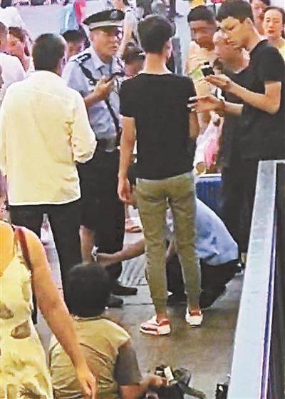 不法游商不让卖东西就自残 警察制止小腿被扎伤