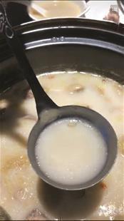 顾客称火锅汤中捞出蛆 店方:异物属实 不确定是蛆