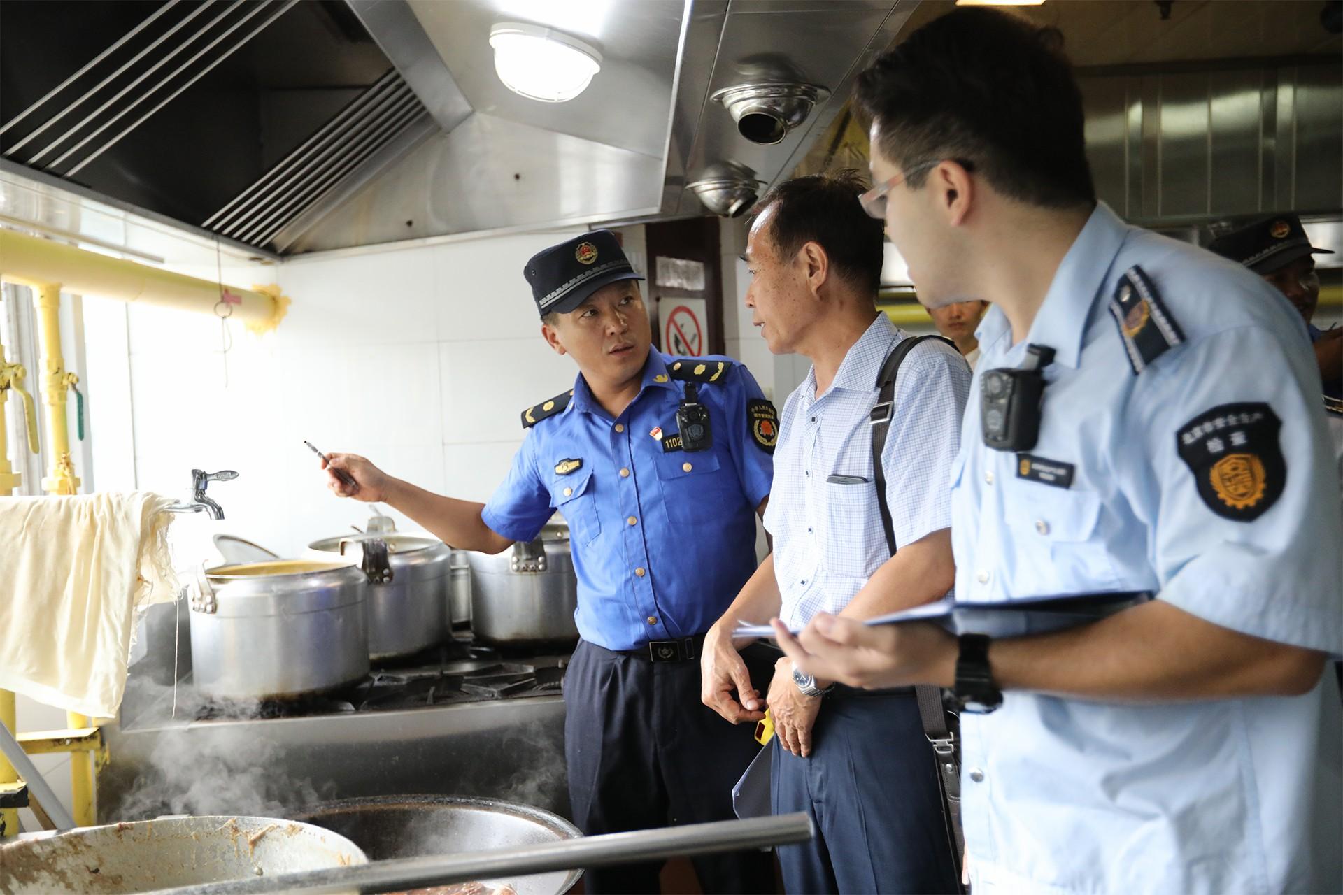 查餐馆燃气安全 城管邀专家同行
