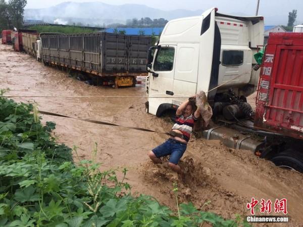 大卡车被山洪冲走 司机靠绳索脱险