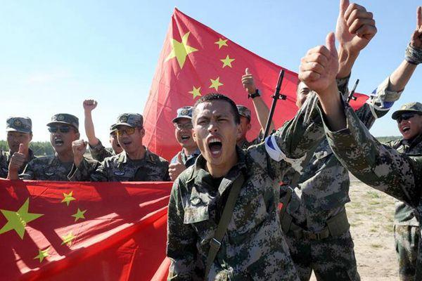 国际军事比赛继续进行 中国狙击手挥舞国旗参加接力赛