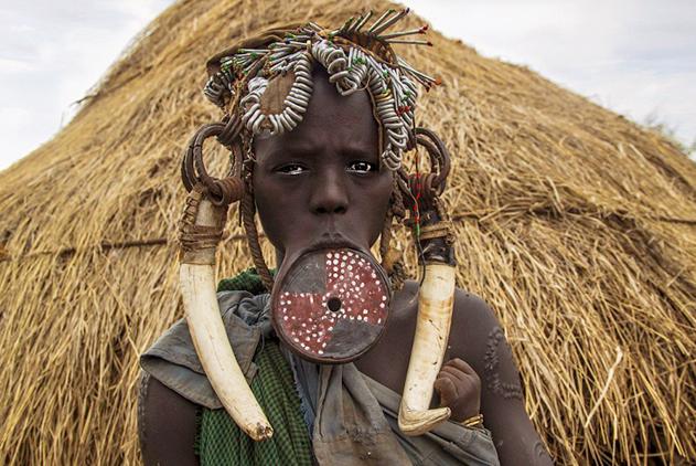震惊!探秘非洲穆尔西部落唇盘妇女另类美丽