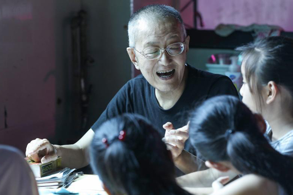 """杭州""""爷爷老师""""自学成才 菜摊义务教英语5年"""