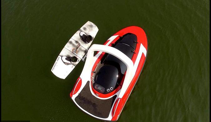 美国推出无人驾驶快艇 一个人也能玩滑水了