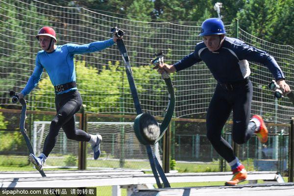 俄罗斯公开杯消防员大赛开赛 攀爬、奔跑样样精通