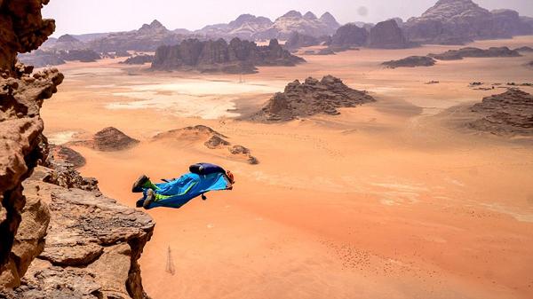 令人惊叹!镜头捕捉跳伞者从250米高悬崖跳下瞬间