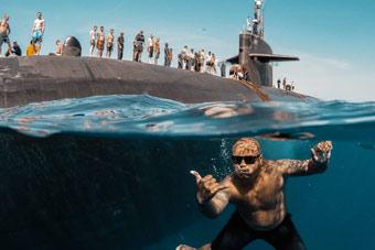"""美军士兵与核潜艇搞怪合影 这还是""""必修课""""?"""
