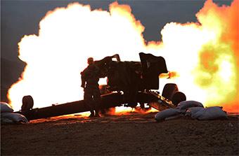 大漠戈壁实弹射击演练一片火海