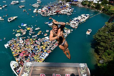 瑞士举办红牛悬崖跳水比赛 极限运动员精彩表演