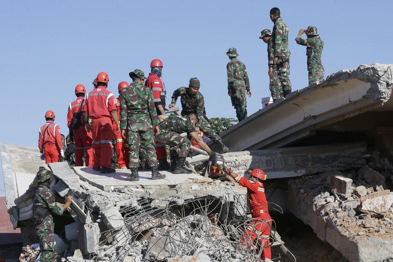 印尼龙目岛地震已致105人遇难 搜救行动继续