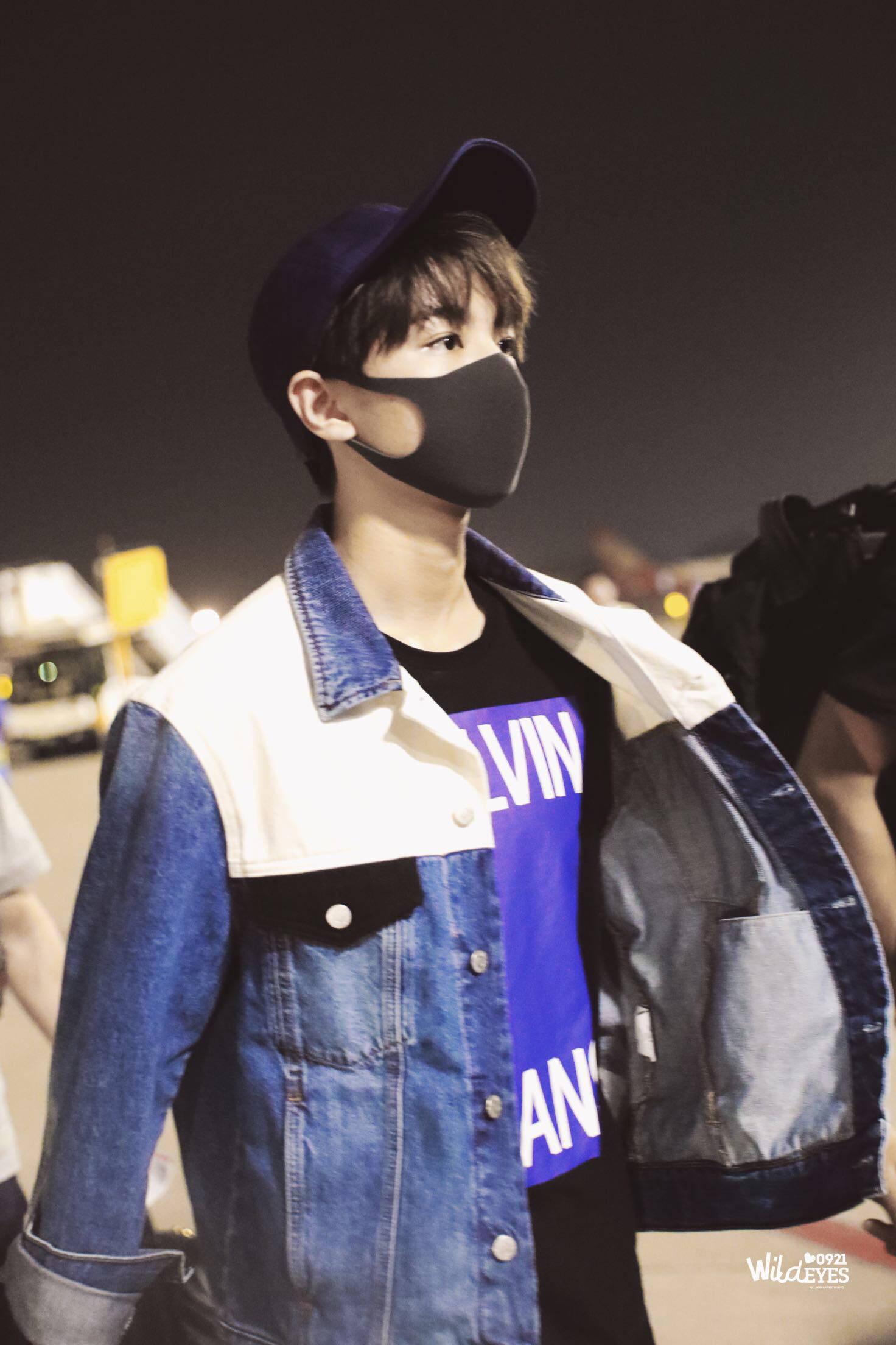 著名演员歌手王俊凯身着CALVIN KLEIN JEANS 2018秋冬系列男装现身北京机场