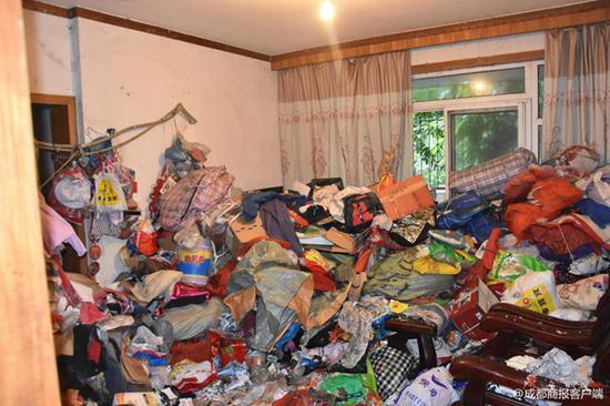 女子爱好收藏垃圾被邻里起诉 16人一天运出30车