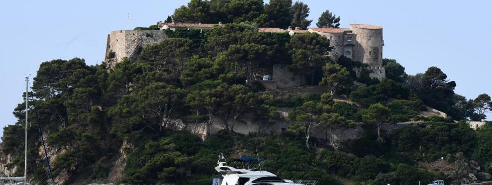 法国狗仔为偷拍拼了?马克龙度假被一架无人机盯上