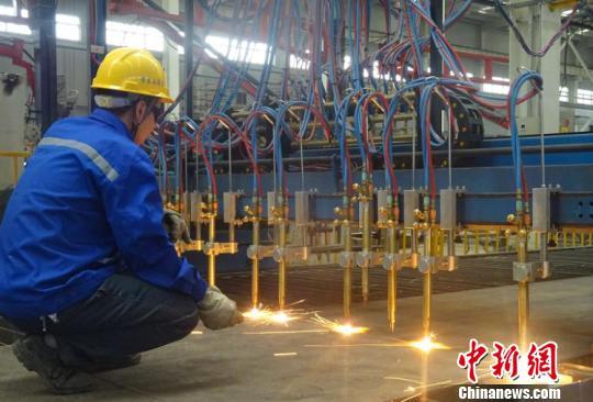 目前已经投产的装配式钢结构厂,建筑面积3.6万平方米,设计年产能40万㎡装配式钢构件、重型钢构5万吨。 裴泉鸽 摄
