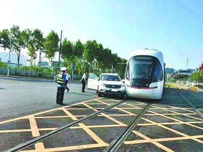 武汉有轨电车被撞:有轨电车与机动车相撞